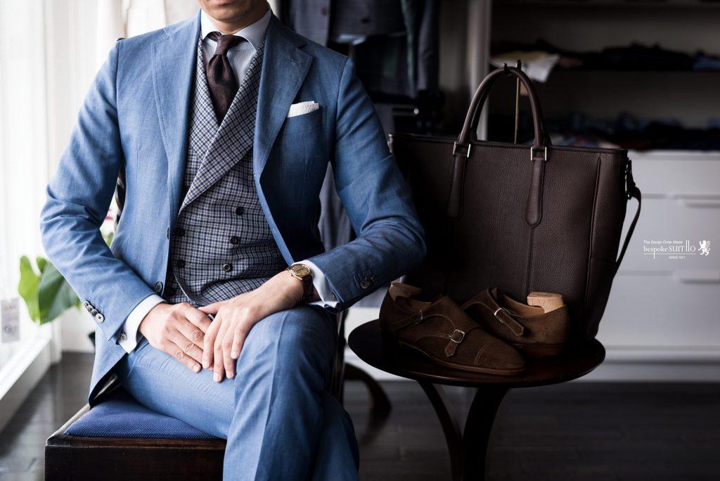 1920年、フェルディナンド・インパラートによって創設され、現在もナポリを代表する名門として知られるマーチャントブランドです。ナポリマーチャントならではのファッション性、嗜好性の高い服地の数々は5-6冊のバンチサンプルで展開され、毎シーズン全てのサンプルがリニューアル。そして、ファンシーデザインは全て同社のオリジナルと、突出した独自性を誇ります。アリストンの生地はそのクオリティーの高さゆえ、キートン、ブリオーニ、イザイアなどの高級メンズブランドにも採用されてきました。,リネン混スーツ,ARISTON,オッドベスト,ベストコーディネート,アリストン,ナポリ,チェックベスト,ビジネストート,シングルモンク,ビスポークシューズ,スピーゴラ,spigola,kojisuzuki,神戸,made in kobe,イタリア生地,アズーロエマローネ,ベラゴ,BELLAGO,挙式スーツ,披露宴,成人式スーツ,挙式,結婚式,メンズブライダル,menscoordinate,メンズコーディネート,mensfashion,メンズファッション,着こなし,福岡ファション,ブライダル,お洒落さんと繋がりたい,オーダースーツ,ordersuits,ドレスシャツ,オーダージャケット,orderJacket,オーダーベスト,oedervest,ビスポーク,bespoke,三ケ森,jhp,instagood,instadiary,instalike,instamood,instalove,instafollow,instapic,instaphoto,オーダージャケット,オーダースーツ,背広,誂え,仕立,紳士,福岡,黒崎,小倉,北九州,八幡西区,ビスポークスーツ110,bespokeSUIT110,bespokeSUITIIO,
